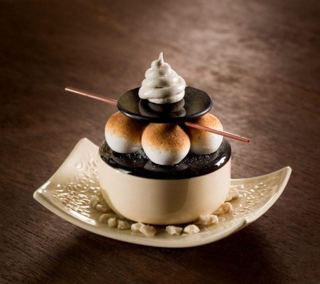 Entre as muitas obras de Shayna Leib, esse sorvete foi feito com porcelana e casca de coco
